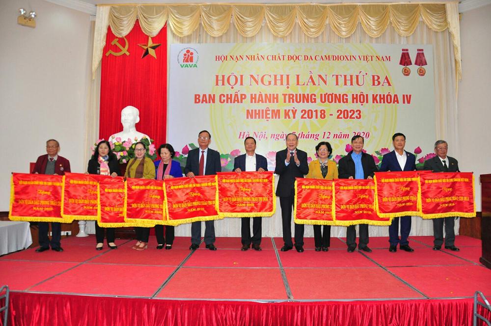 Tỉnh Hội Nam Định nhận cờ đơn vị dẫn đầu Phong trào thi đua năm 2020